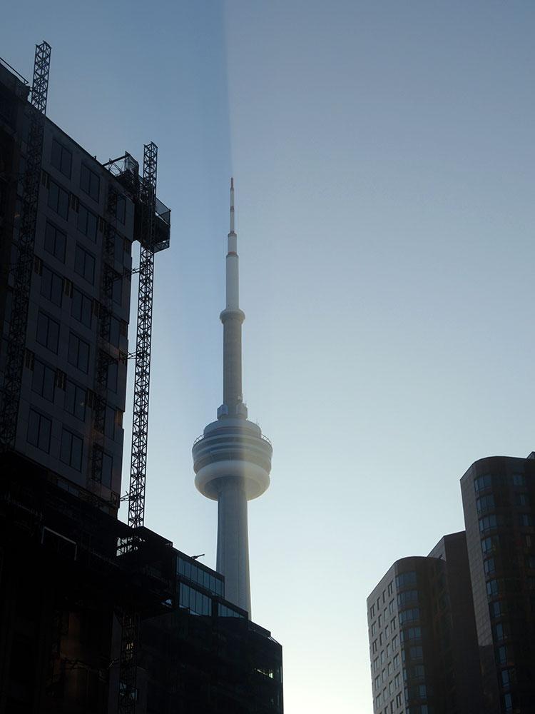 Тень на небе от CN Tower?